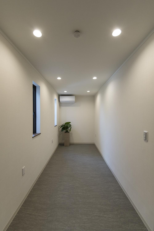 相談室/窓から自然の光を採り入れ、ダウンライトをメインにした、落ち着いた空間。