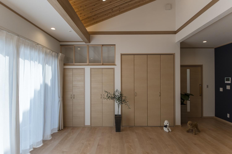 お部屋の一角に扉付の神棚を祀りました。ご商売やご家庭の平和と繁栄を願う、心落ち着く空間です。