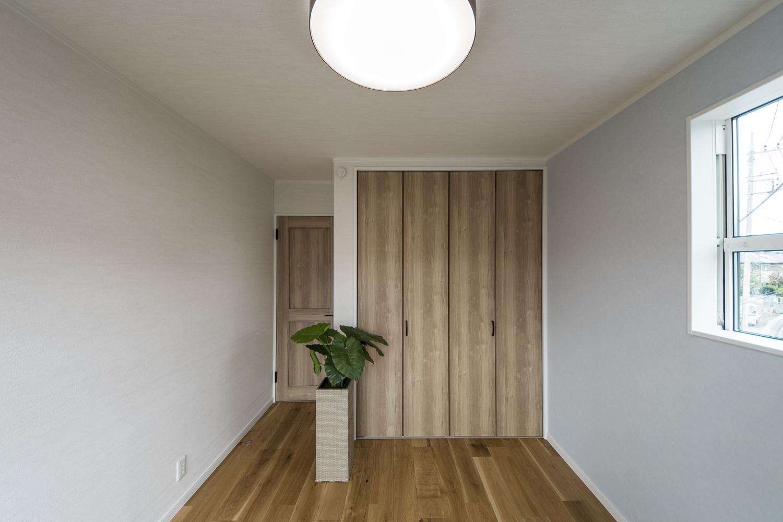 2階洋室/木のやさしい風合いを感じる建具やフローリングが、穏やかで心地の良い空間。淡いブルーグレーのクロスをアクセントにしました。
