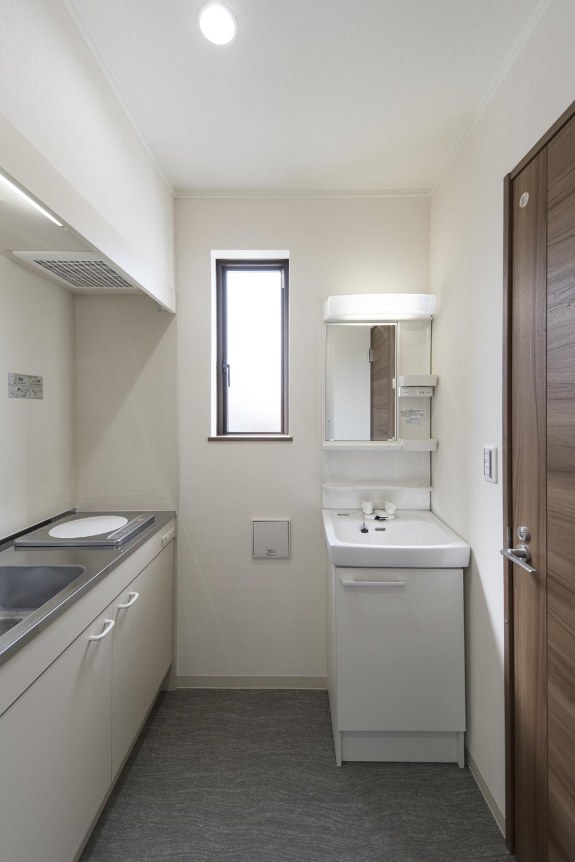 給湯室/白を基調とした清潔感のある空間。