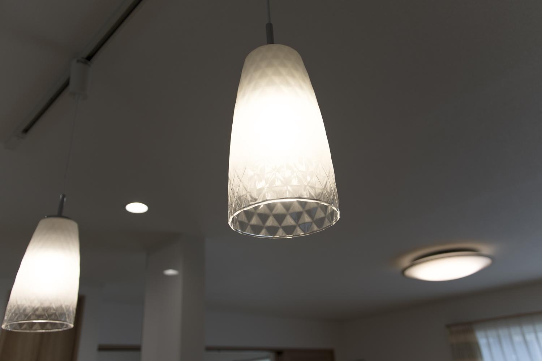 ガラスペンダントライトの柔らかな光が、空間にあたたかみをプラスします。