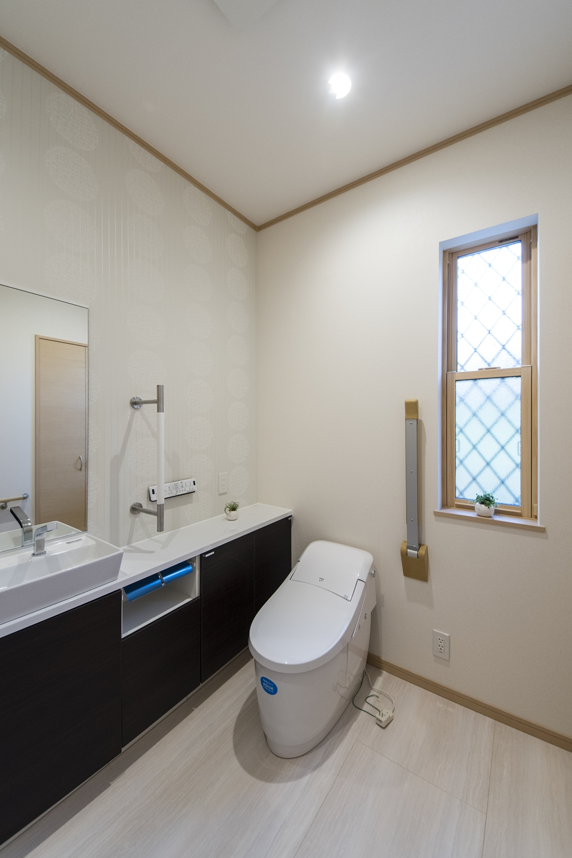 トイレ/タンクレスタイプを採用し、手洗いや場所をとらないキャビネットを設置して機能的でスッキリとした空間になりました。