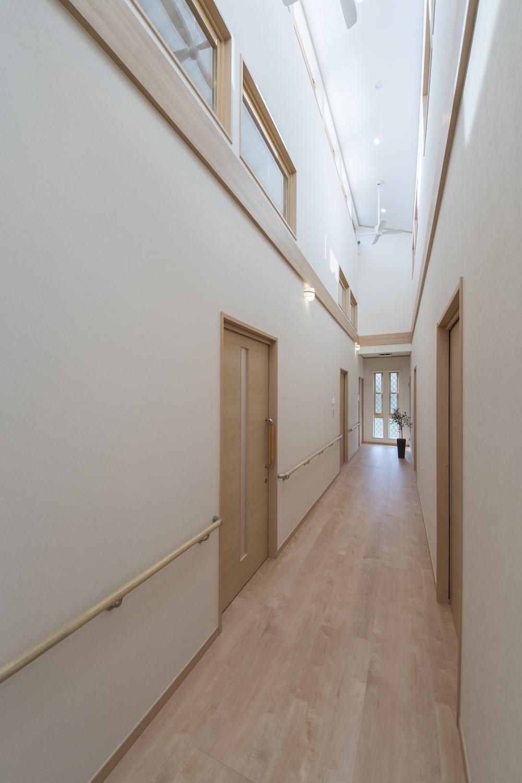 お部屋をぐるっと囲む設計の廊下。天井は勾配天井になっていて、窓から光が降り注ぐ開放的で贅沢な空間です。