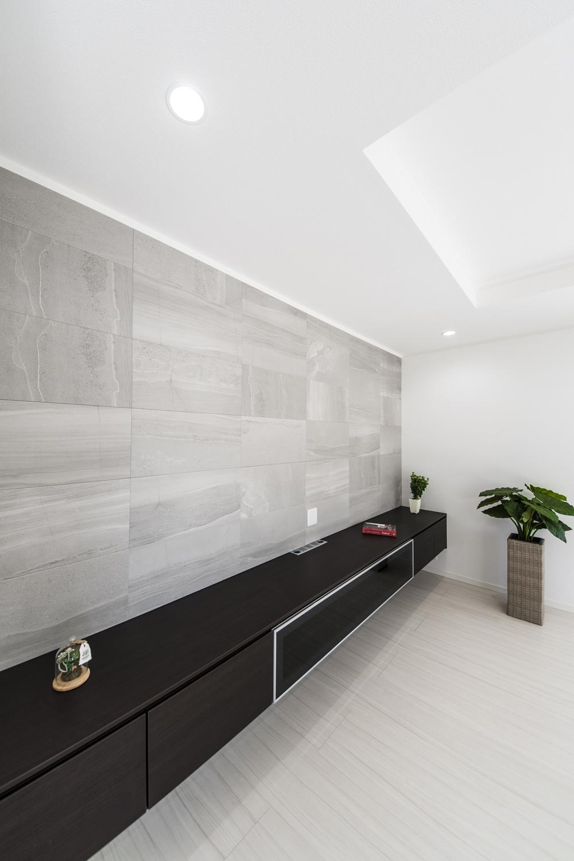 空気を美しく整えるインテリア壁材「エコカラット」をあしらったリビング。大きな砂岩の流れ模様が、上質な空間を演出します。