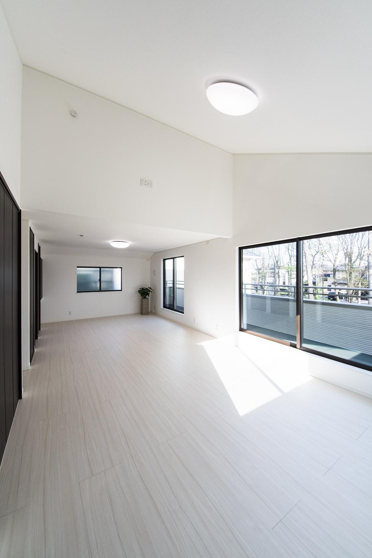 2F洋室/屋根の形に合わせて傾斜を持たせた勾配天井を設えました。空間が広がり開放的です。