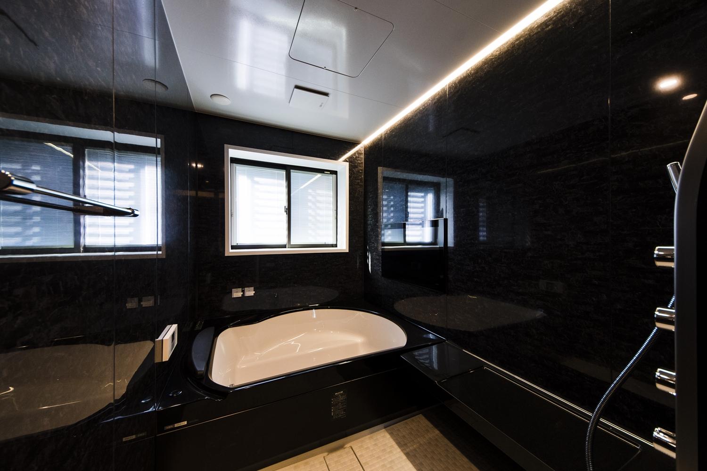 バスルーム/大理石の豊かな表情をモチーフにしたブラックのパネルと、間接照明が、上質な空間を演出します。