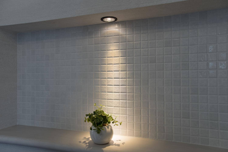 玄関ホール/小物を飾るニッチカウンターを設えました。アイテムに光を当てて、より雰囲気のあるインテリアを演出できます。