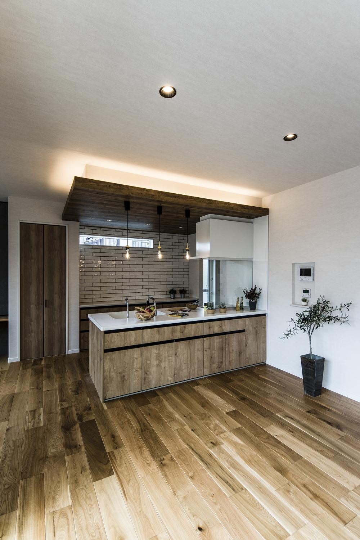 キッチン周りの天井に間接照明を取付けて、奥行きと立体感、高級感が出ました。ホームパーティの日には、キッチンはステージに♪
