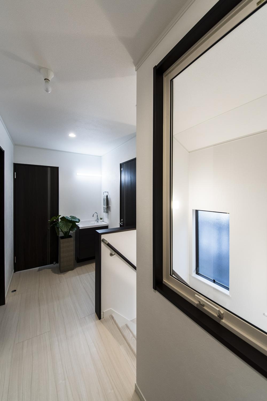 2Fホール/室内窓を設置し、効率的な排熱を可能に。また2台目の洗面台を設え、機能的な空間になりました。