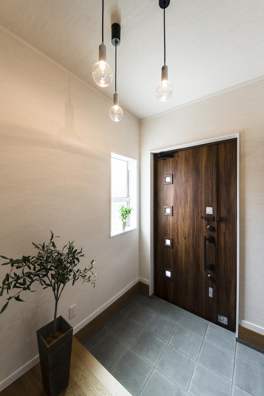 木の温もり感じるナチュラルテイストな玄関ドア。
