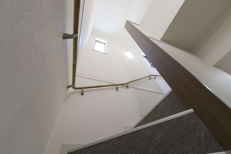 窓から優しい光が差し込む明るい階段。