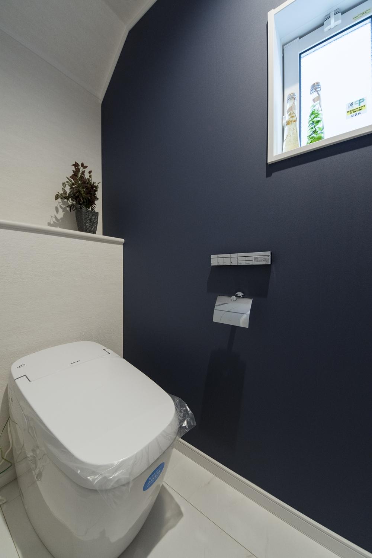 1Fトイレ/コンパクトなタンクレストイレを採用してすっきりとした快適な空間を創りました。ネイビーのクロスをアクセントにしました。