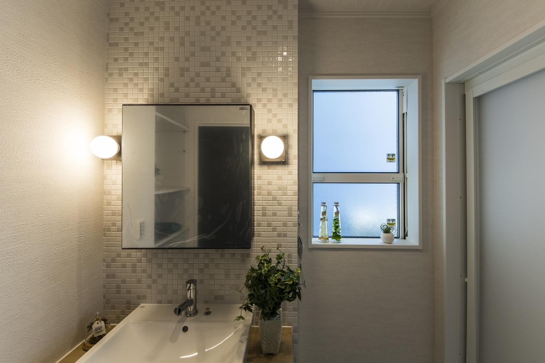 サニタリールーム/素朴な風合いのモザイクタイルに、無垢の木の洗面台を組合せた、ホテルやカフェにあるようなとってもお洒落な空間。