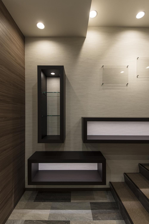 展示スペース/スッキリとしたデザインのカウンターを施し、シックで落ち着いた印象に。