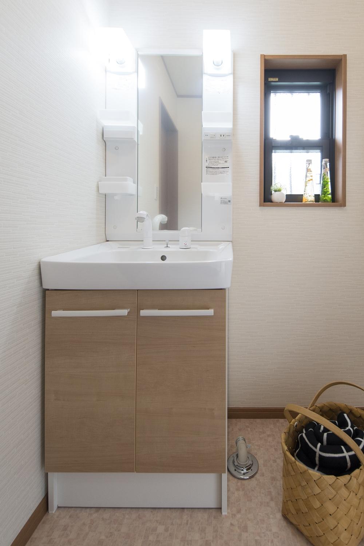 洗面スペース/窓のサイズを小さくし、断熱材で冷暖房効率を高めました。