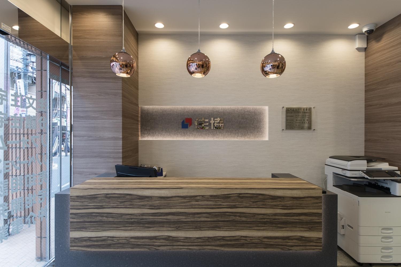 エントランス/シックなデザインと、キラキラと煌めく照明の光が、ラグジュアリーな空間を演出します。