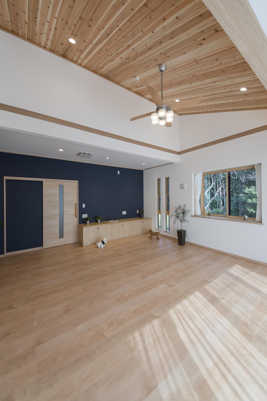 勾配天井に杉板を張り、おしゃれな照明を施しました。森林浴をしているような、やわらかい空間に仕上がりました。