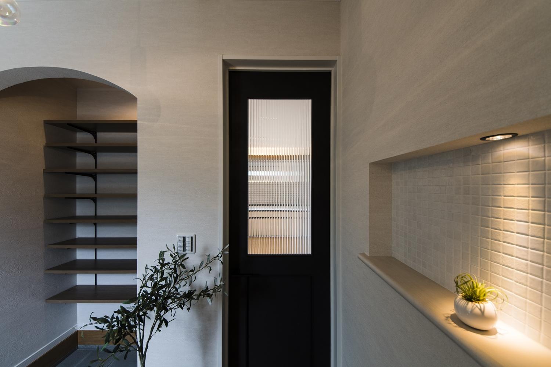 シャープなレトロ調ガラスとペンキをローラーで塗った様な、マットな質感のブラックのリビングドアを施しました。