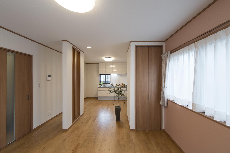 1階は完全なリニューアルと同時に旧和室と旧台所をワンルーム化。実質な広さの向上や、動線、目線の変化にも気を配りました。