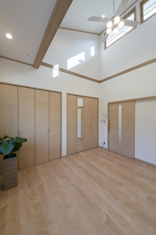 洋室/勾配天井と高い位置に窓を設えた光のあふれる空間。