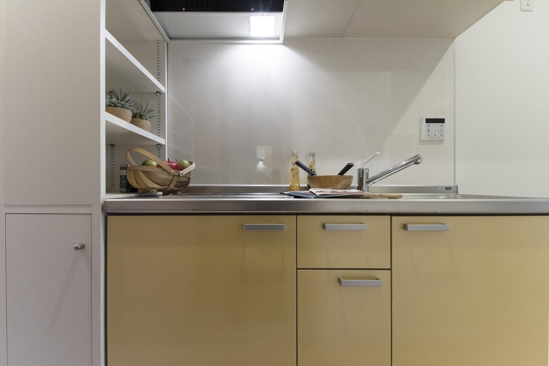 キッチンの横には、調味料や食器、おしゃれなアイテムがディスプレイできる、可動式キャビネットを設置しました。