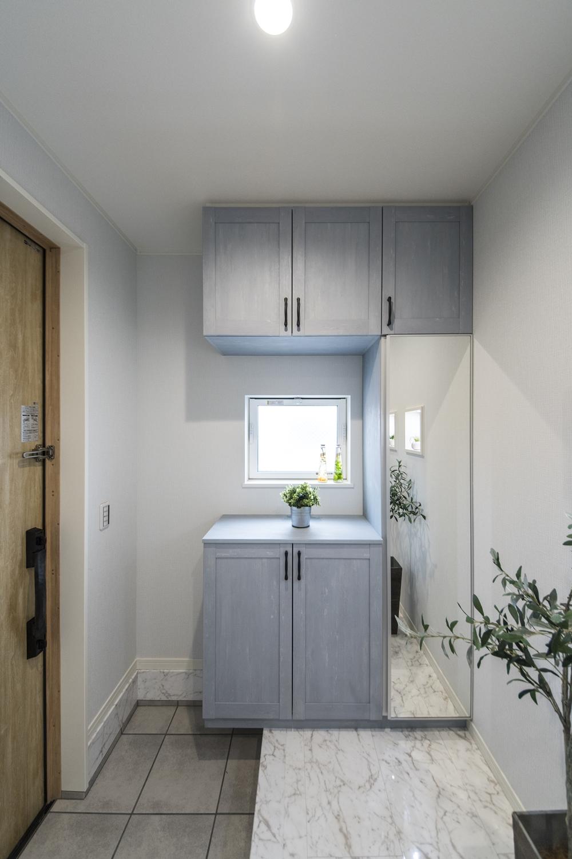 木の温もり感じるドアやブルーペイントの収納が空間を彩ります。