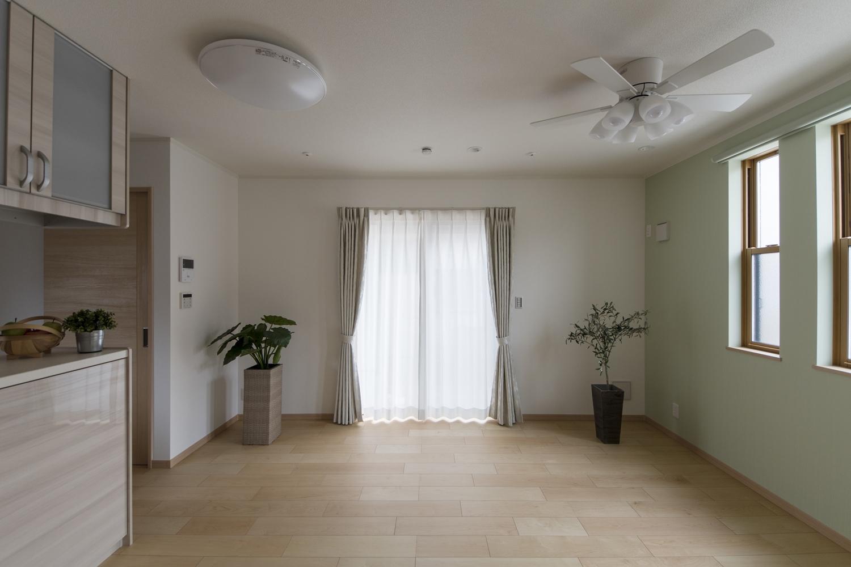 窓から自然のやさしい光が降り注ぐ、明るく開放的なリビング。