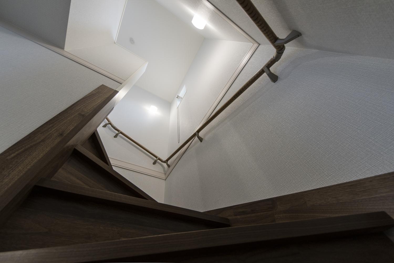 白い壁に、ブラックウォルナットの深い色味の階段。メリハリのある落ち着いた空間に仕上がりました。