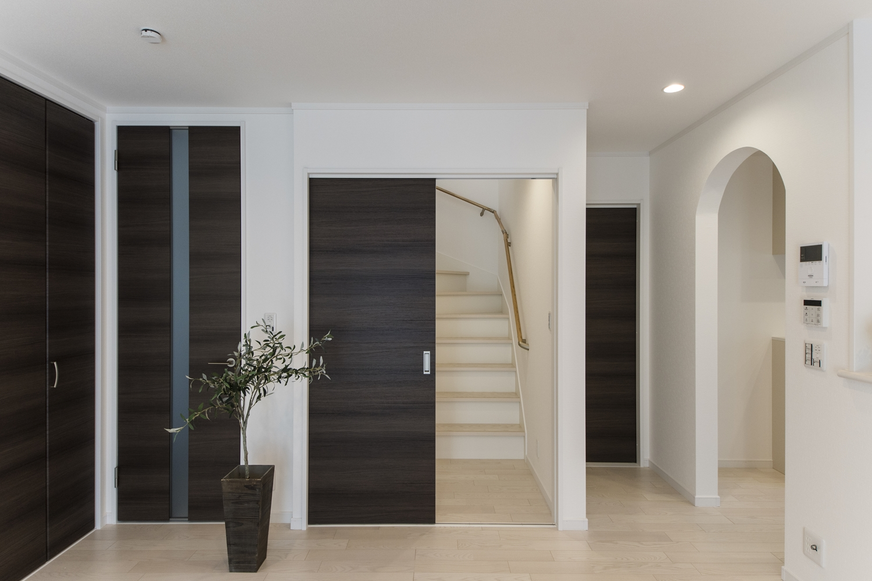 家族の笑顔とコミュニケーションを育むリビング階段。入口に扉を設置して冷暖房効率をアップさせました。