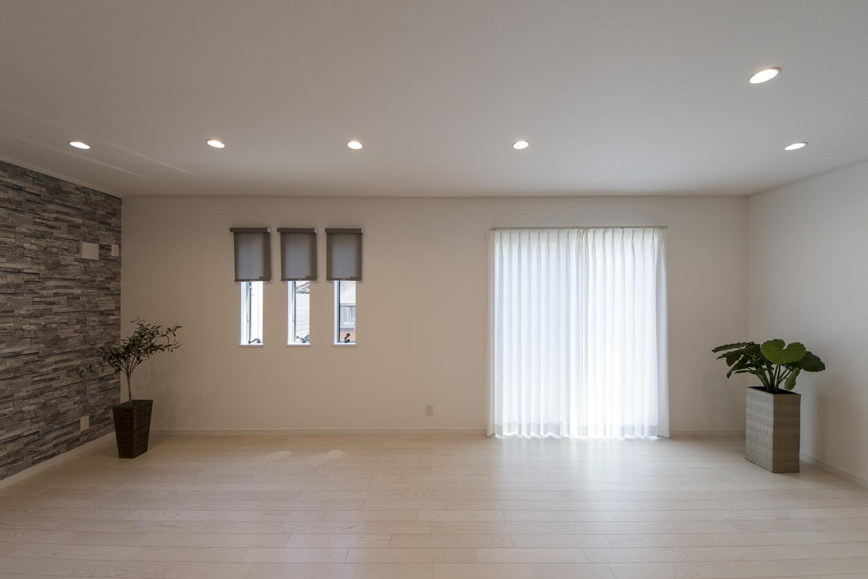 日中は窓からの光が部屋全体を包み込み、夜はダウンライトの柔らかな光が空間を彩ります。