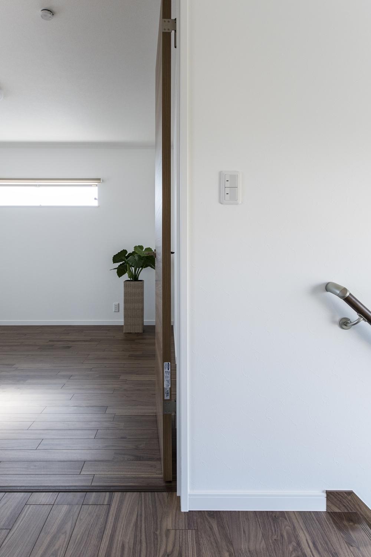 ブラックウォルナット独特の黒褐色の深みある色調は、白系の壁紙と組み合わせるとより引き立ちます。