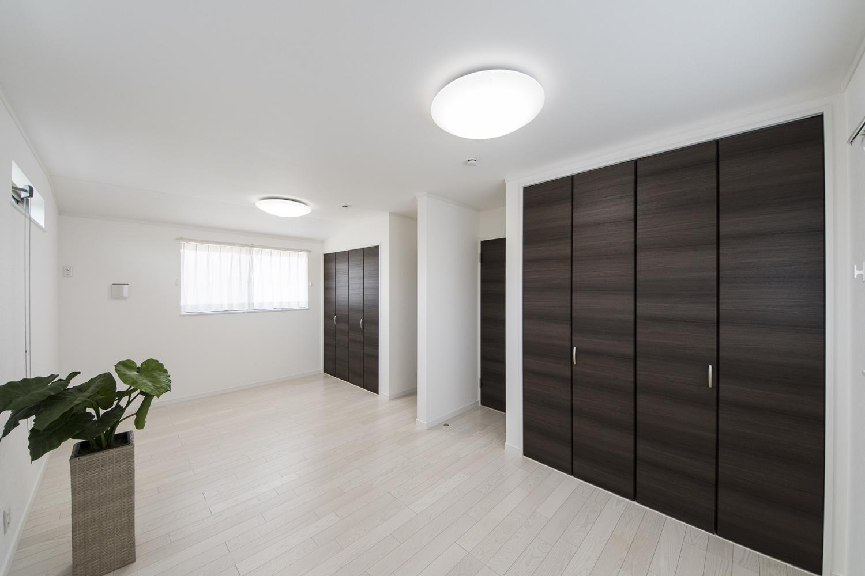 白い空間に、ダークブラウンの建具をアクセントにした清涼感のある美しい2階洋室。