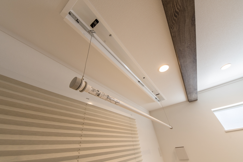 機能的でスマートな物干しを設置。使うときだけ、竿を降ろして室内干しできます。使わないときは天井に収まるのでとっても便利♪