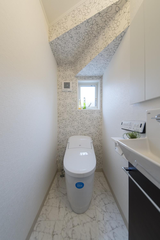 1階トイレ/リーフ柄のアクセントクロスが素敵な清潔感のあるトイレ。
