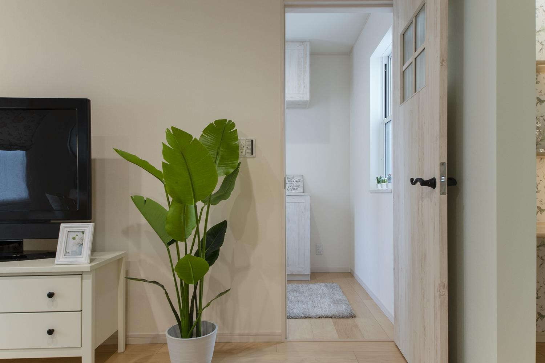 お部屋のアクセント、シャビー感のある木目調のドア。格子の入ったモザイクガラスを施したデザインです。
