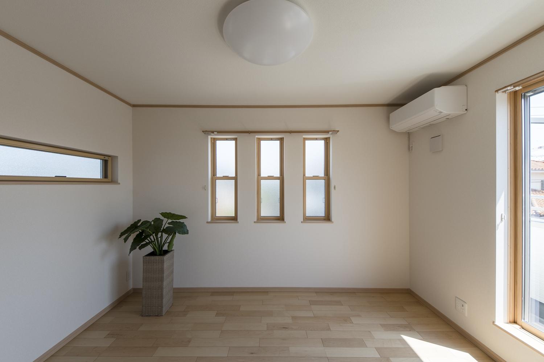2階洋室/3面に窓を配した室内は、たくさんの光と風を招き入れ、開放感あふれる心地良い空間に。