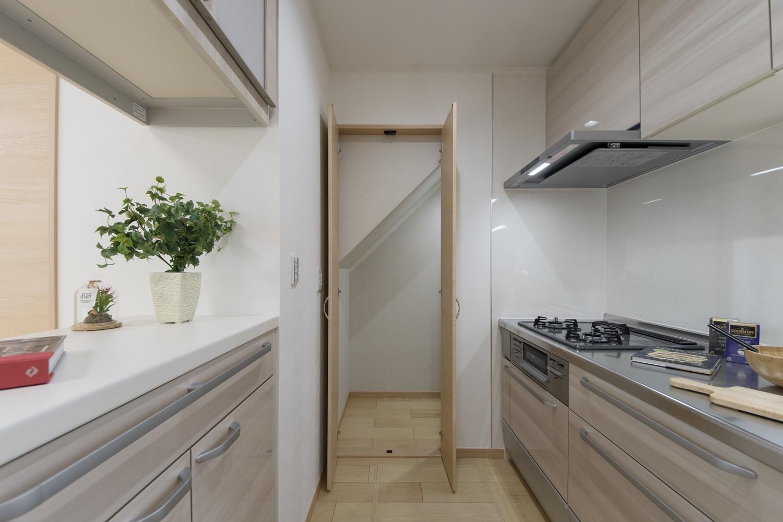 キッチン奥の階段下スペースを有効活用して、パントリーとして使います。