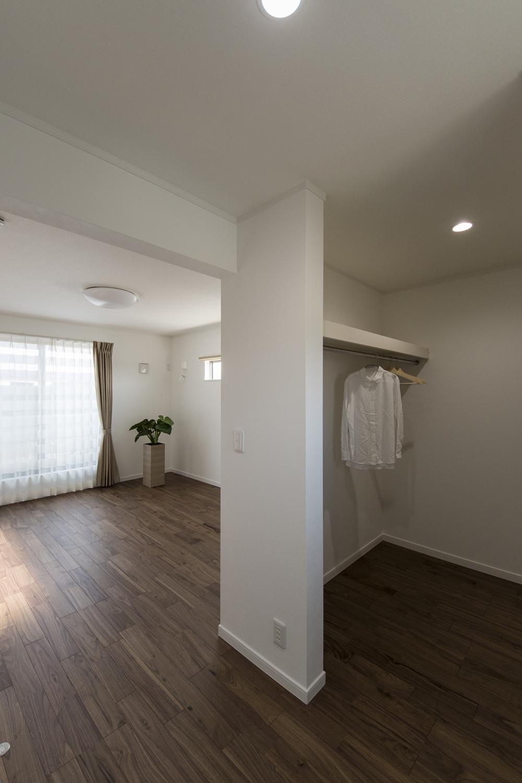 扉をつけないオープンタイプのウォークインクローゼットをしつらえた2階主寝室。