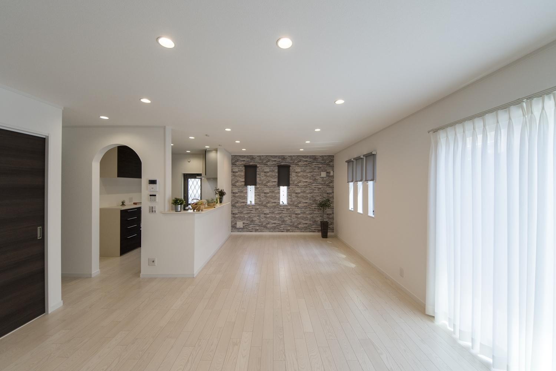 美しく清潔感のあるアッシュホワイトのフローリング。クロスや、アーチ型の下がり壁がオシャレで印象的です。