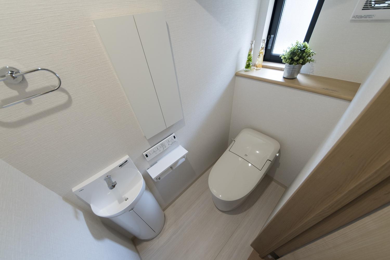 1階トイレ/タンクレスタイプで広々快適な空間。独立タイプの手洗いを設置してお客様をおもてなしします。