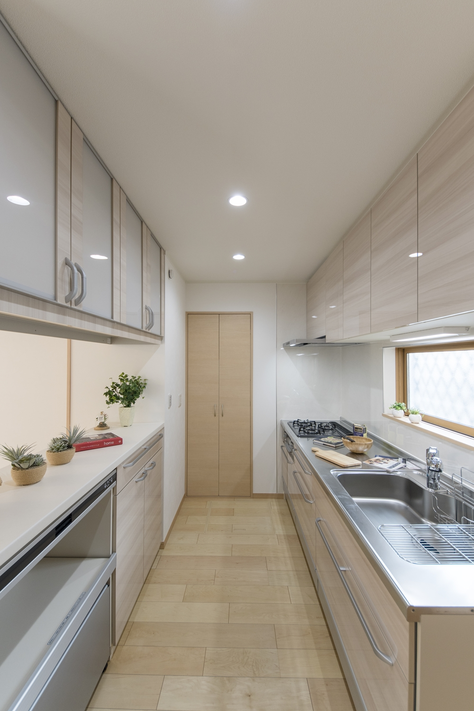キッチンとリビングの境に設えたハッチは、作業場を目隠ししつつ、予備の作業スペースや配膳台などとしても多用途に使えるマルチスペースです。