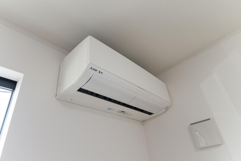 地中熱を利用した高効率空調/夏は地中の冷たい熱を、冬は地中の暖かい熱を有効活用して冷暖房します。