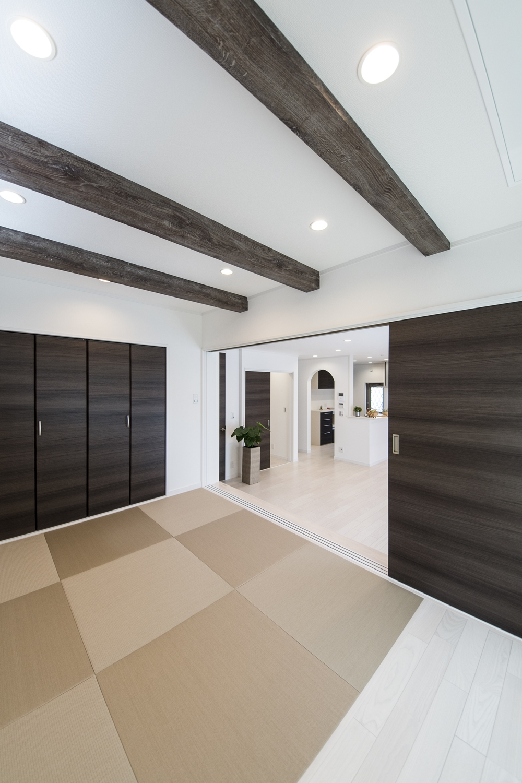 天井に化粧梁を設え、モカベージュ色の畳を市松敷きにした、モダンな空間の小上がり和室。