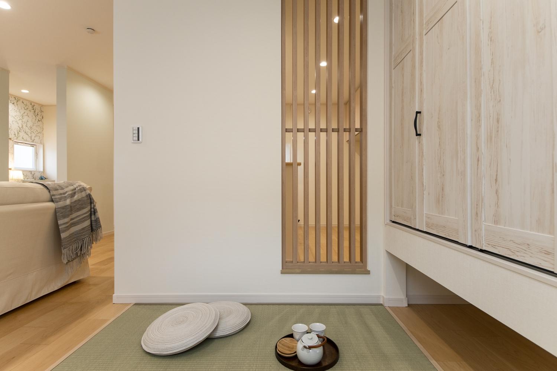 空間をゆるやかに仕切る木目のスリット格子が、シャープで和モダンな雰囲気を演出します。