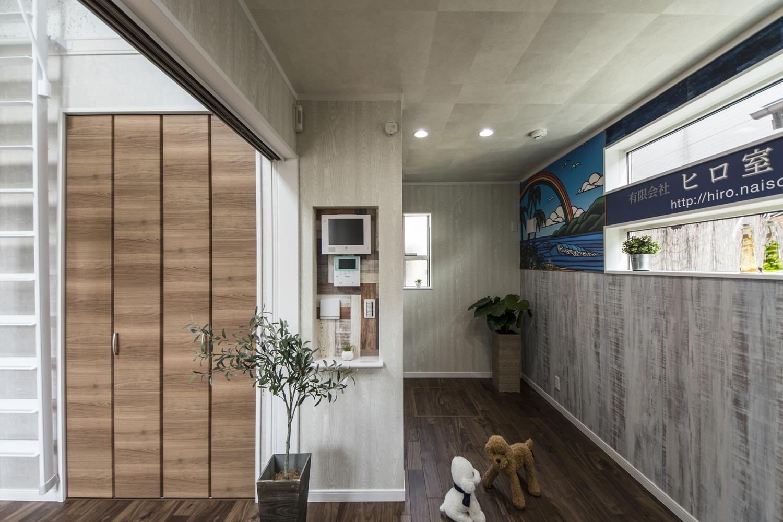 カラフルなクロスが空間を彩る、おしゃれでユニークなデザインの事務所。