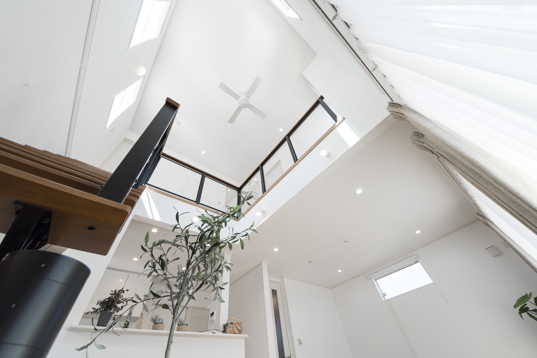 上階からの明るい光が差し込む、光と風が演出する心地よい吹抜け空間。