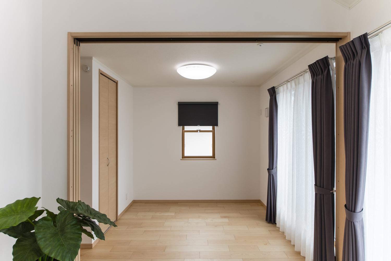 2階洋室/木の優しい風合いを感じる、穏やかでくつろげる洋室。