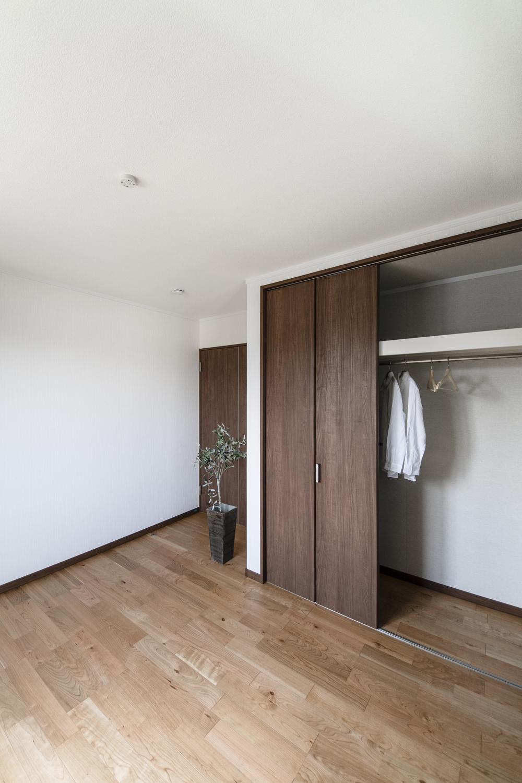 2階洋室/木の温もりを感じる、穏やかな空間。
