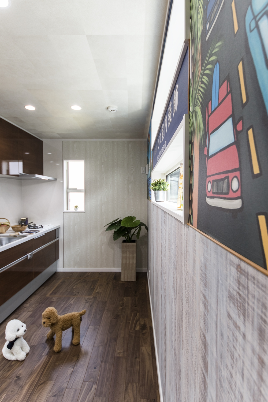 壁一面をキャンバスに♪デザイナーのイラストをクロスにしました!見ていてわくわくするような楽しい空間に仕上がりました。