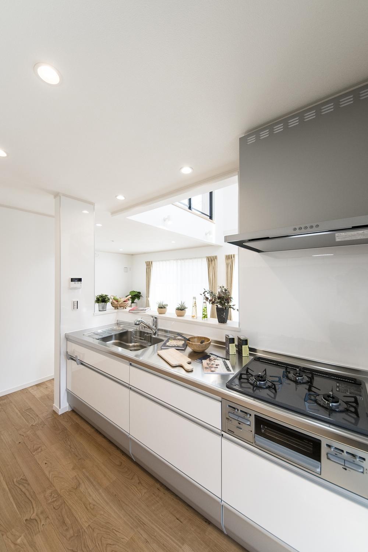 白を基調とした清潔感あるキッチン。